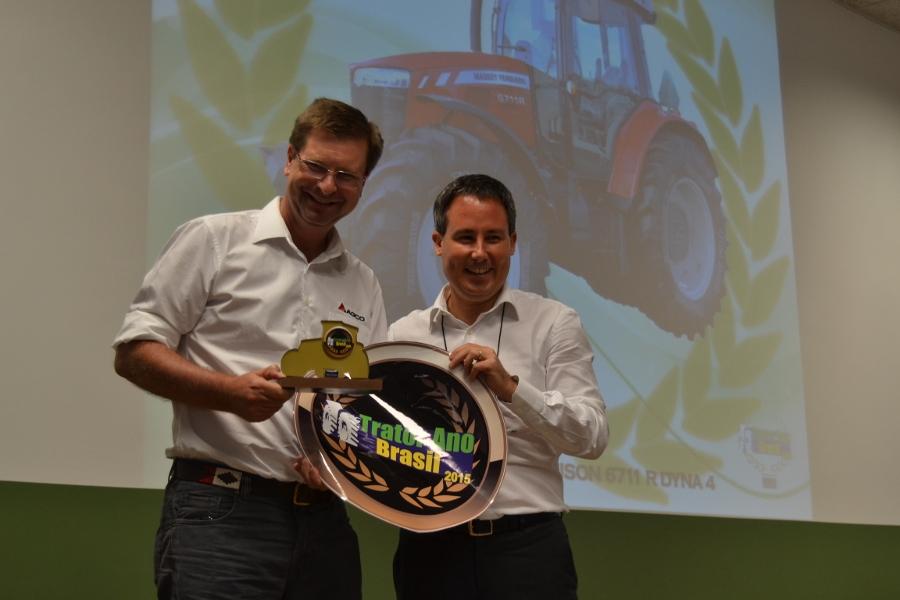 Bernhard-Kiep-recebe-o-premio-para-a-Massey-Ferguson-de-Trator-do-Ano-Brasil-2015-900x600
