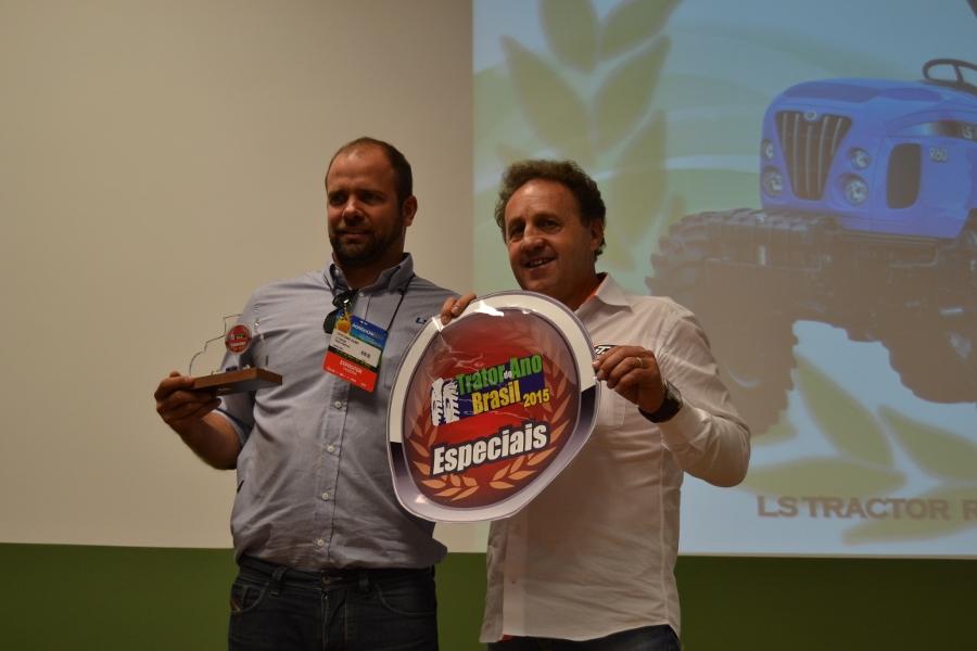 Cristiano-Duma-recebe-o-premio-para-LS-Tractor-de-Trator-do-Ano-na-Categoria-Especiais-900x600
