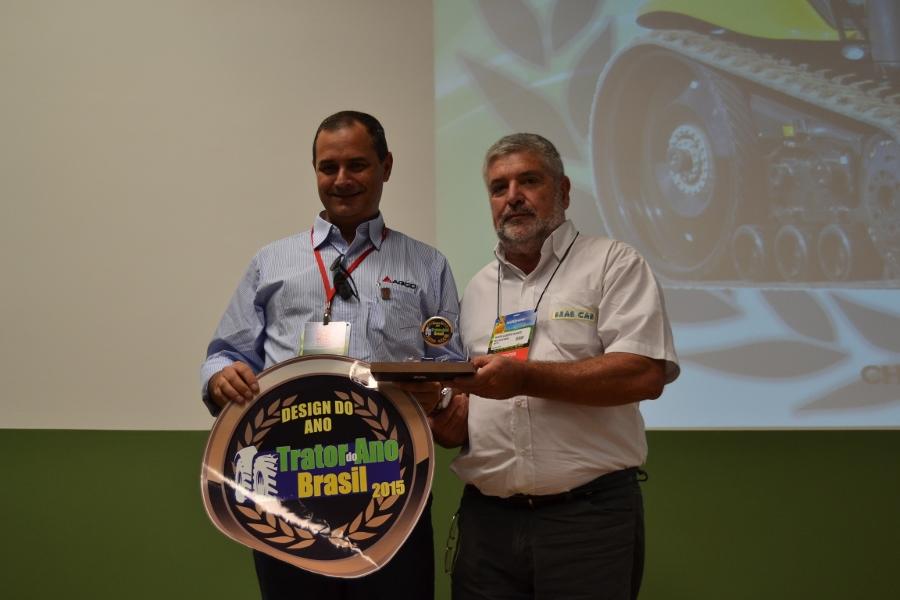 Jak-Torreta-recebe-o-premio-de-Design-do-Ano-para-Valtra-900x600