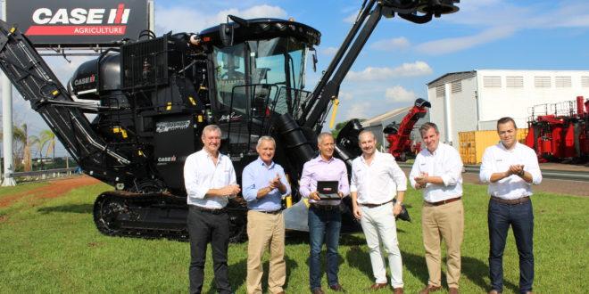 Edição comemorativa de colhedora de cana da Case IH tem assinatura de John Pearce,  australiano que trouxe ao Brasil a tecnologia Austoft.